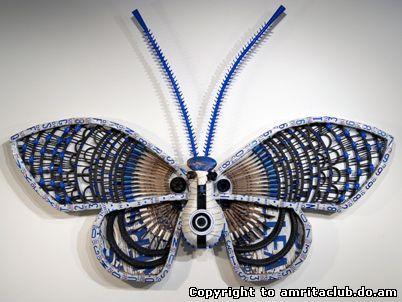 створює прекрасних метеликів, використовуючи різний мотлох: деталі від зламаної побутової техніки, автомобіля, велосипеда, старих розбитих годинників, шматочки проводів